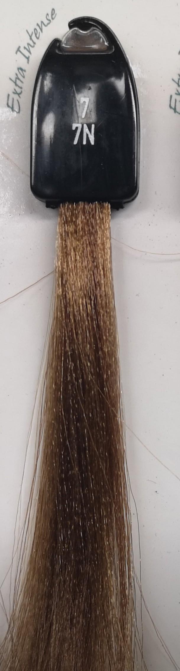 7 blondinė